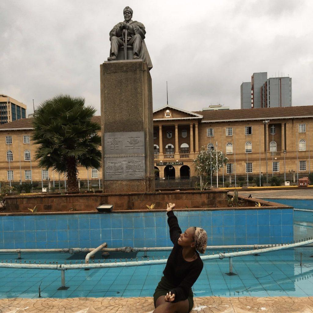 Mumbi mit der Statue von Jomo Kenyatta