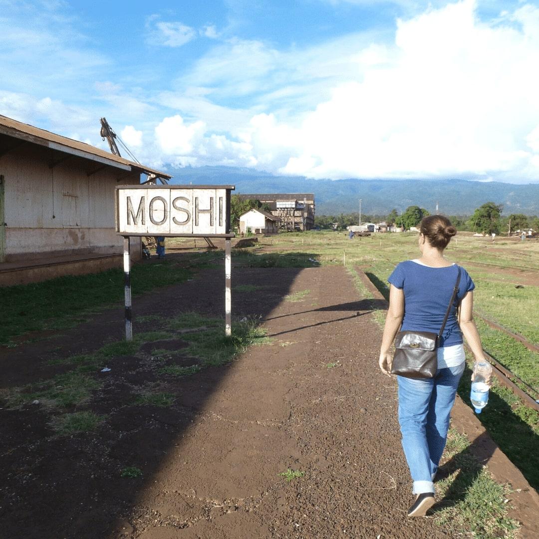 Stephanie am alten Bahnhof in Moshi
